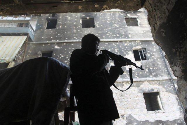 Un soldat rebelle prend position dans une maison... (PHOTO JALAL ALHALABI, REUTERS)