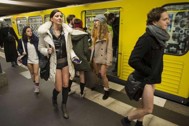 Des usagers du métro de Berlin ont retiré... (PHOTO ODD ANDERSEN, AFP)