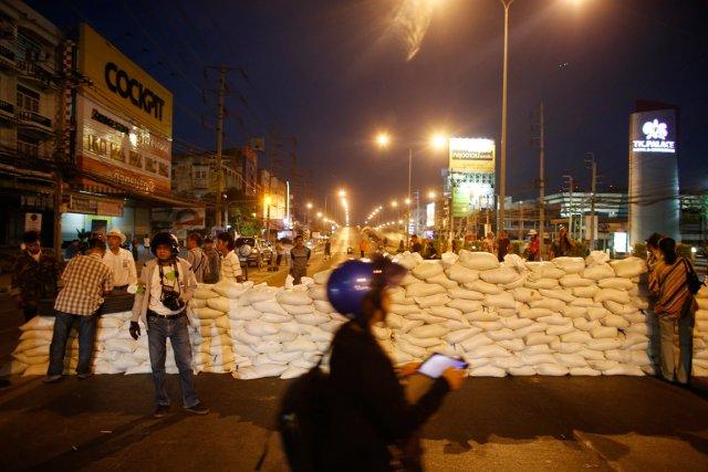 Les protestataires ont installé une barricade pour bloquer... (PHOTO ATHIT PERAWONGMETHA, REUTERS)