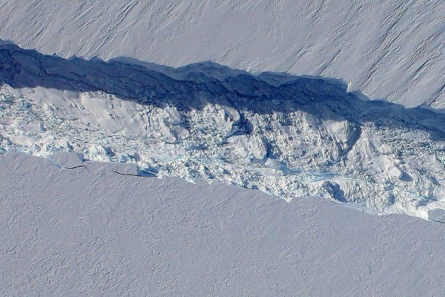 Une fissure dans le glacier de Pine Island... (PHOTO ARCHIVES REUTERS)