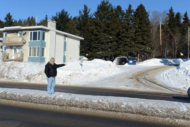 Marc Pettersen pointe vers la rue de la... ((Photo Jeannot Lévesque))