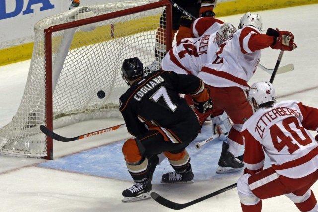 Jonas Hiller a effectué 22 arrêts dans sa 14e victoire de suite et les Ducks... (Photo: AP)