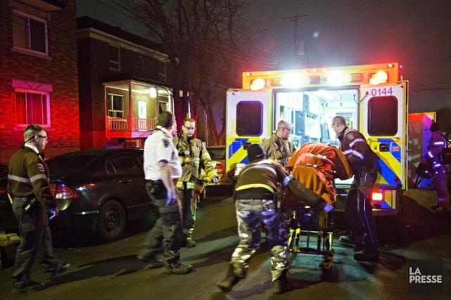 La victime a été transportée à l'hôpital.... (PHOTO FÉLIX O.J. FOURNIER, COLLABORATION SPÉCIALE)