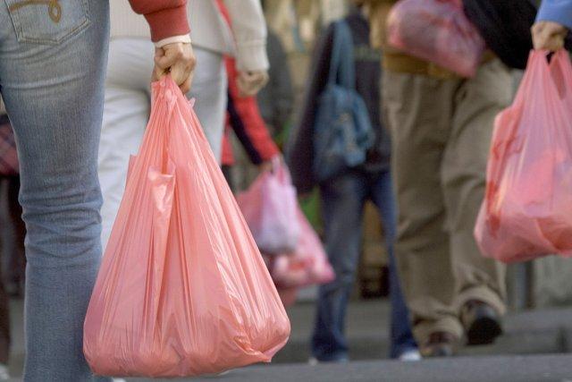 Les déchets en plastique, -dont les sacs- polluent... (Photo AFP)
