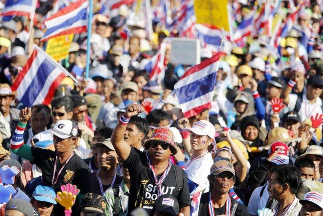 Portant des T-shirts «Bangkok shutdown» («Paralysie de Bangkok»),... (PHOTO NIR ELIAS, REUTERS)