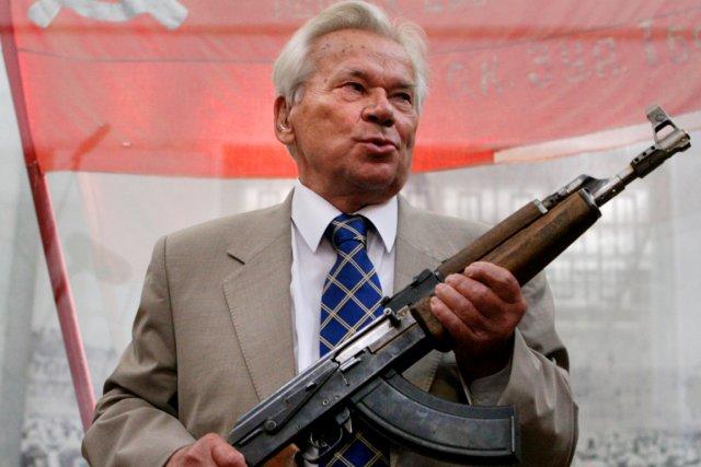Mikhaïl Kalachnikov, un AK-47 dans les mains, à... (PHOTO DIMA KOROTAYEV, ARCHIVES AFP)