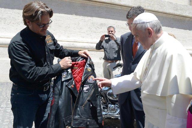 Le pape François examine la veste de cuir... (Photo archives AFP)