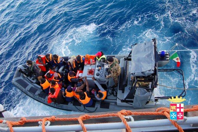 Des migrants clandestins sont secourus par la marine... (PHOTO AFP)