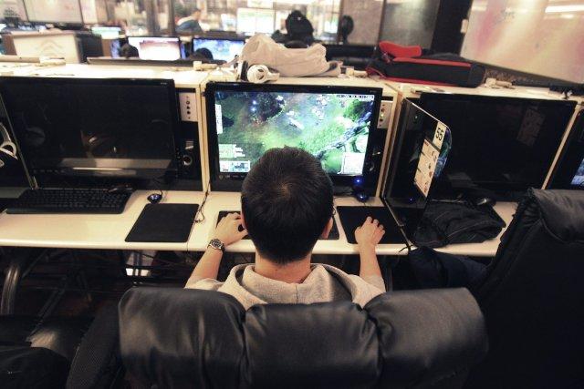 Les adolescents sont-ils trop dépendants de leurs accessoires technologiques ?... (Photo Ahn Young-joon, AP)