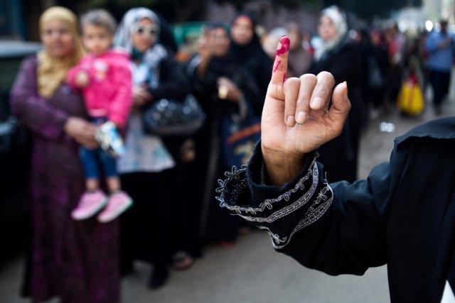 Une femme sort d'un bureau de vote. L'encre... (PHOTO VIRGINIE NGUYEN HOANG, AFP)