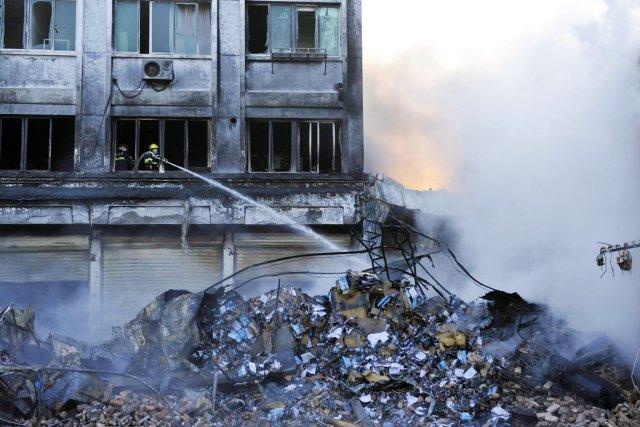 Vingt personnes ont pu être évacuées de la... (PHOTO REUTERS/STRINGER)