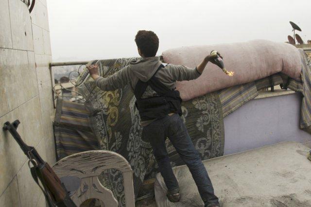 Un combattant de l'Armée syrienne libre lance un... (PHOTO AMMAR ABDULLAH, ARCHIVES REUTERS)