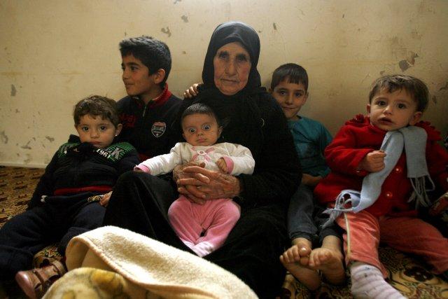 Hallum Al-Amin, une réfugiée syrienne, avec les membres... (Photo Mahmou Zayyat, AFP)