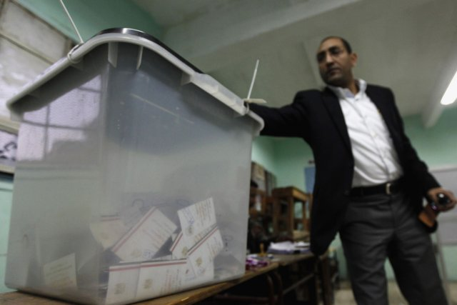 Un homme dépose son bulletin de vote dans... (Photo Mohamed Abd El Ghany, Reuters)