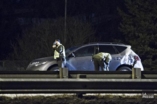 Un automobiliste qui a été heurté par un petit autobus après être sorti de son... (PHOTO FÉLIX O.J. FOURNIER, LA PRESSE)