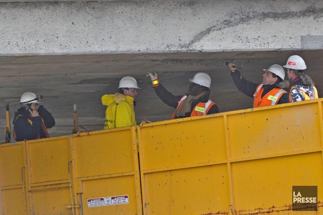 Les spécialistes du MTQ inspectent le viaduc Henri-Bourassa.... (PATRICK SANSFAÇON, La Presse)