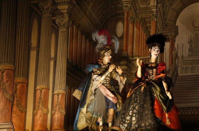 Une production originale avec marionnettes et chanteurs parodiant... (Photo: Reuters)