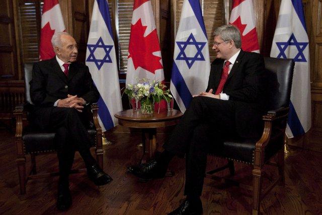 Le président israélienShimon Peres en compagnie de Stephen... (Photo Adrian Wyld, PC)