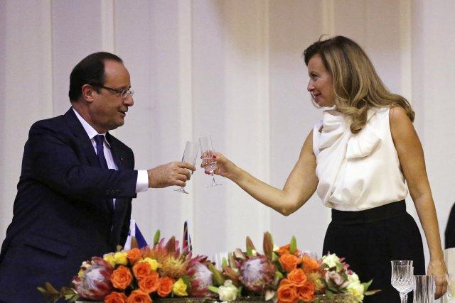 François Hollande et Valérie Trierweiler, en des temps... (Photo Siphiwe Sibeko, archives Reuters)