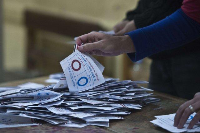Des employés procèdent au dépouillement des votes au... (PHOTO KHALED DESOUKI, AFP)