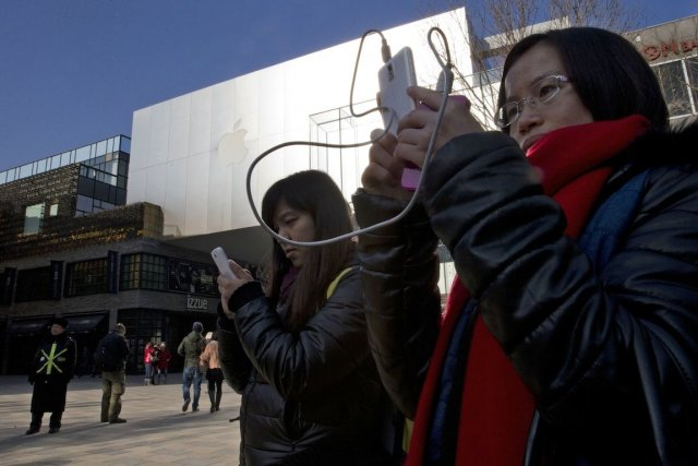 Un demi-milliard de Chinois naviguent sur un téléphone... (Photo Ng Han Guan, AP)