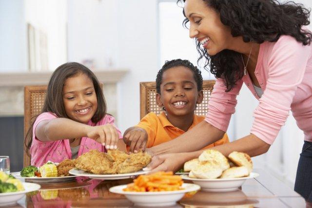 Le nombre des repas pris à la maison... (Photo Digital/Thinkstock)