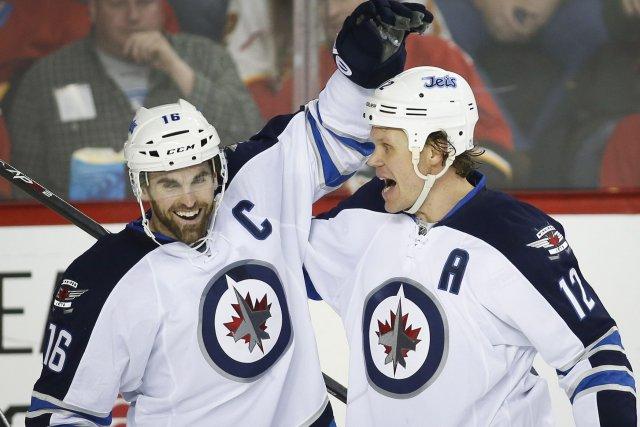Olli Jokinen (à droite) des Jets de Winnipeg... (Photo Jeff McIntosh, PC)