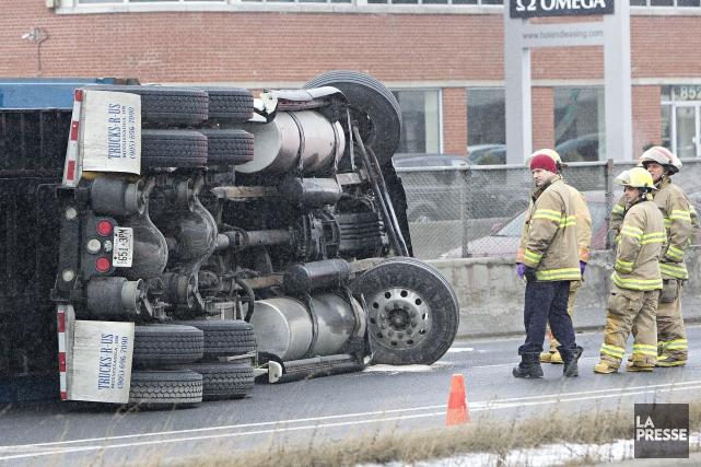 Deux poids lourds se sont renversés, vendredi après-midi, sur l'autoroute 30 et... (Photo Patrick Sanfaçon, La Presse)