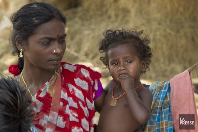Une femme et son enfant dans une briquerie... (PHOTO MARTIN LEBLANC, LA PRESSE)