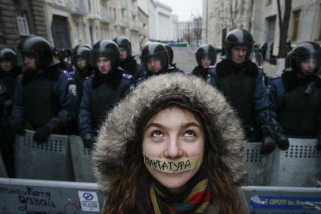 Une Ulrainienne de l'intégration à l'UE participe à... (Photo GLEB GARANICH, Reuters)
