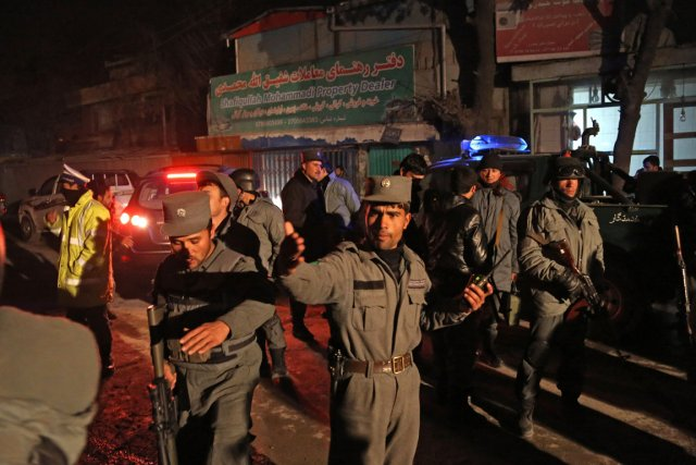 Les forces de sécurité afghanes sur les lieux... (Photo Rahmat Gul, AP)