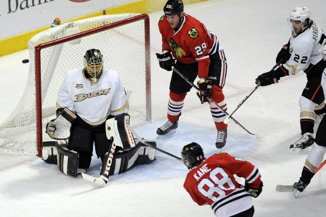 Marian Hossa a inscrit deux buts, Kris Versteeg et Bryan Bickell ont aussi... (Photo USA Today Sports)