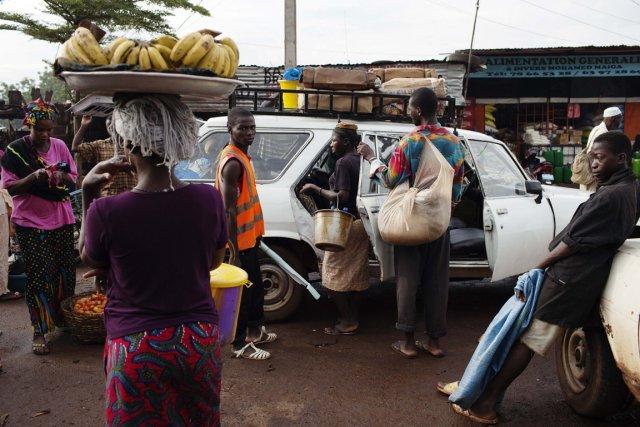 Tant bien que mal, les Maliens tentent de... (Photo Joe Penney, Reuters)