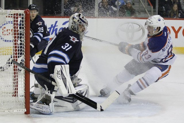 Le gardien des Jets Ondrej Pavelec (31) bloque... (PHOTO JOHN WOODS, LA PRESSE CANADIENNE)