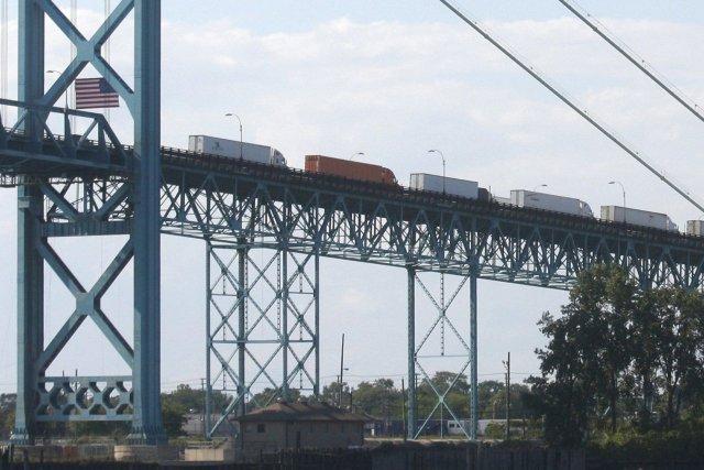 Le gouvernement canadien croit qu'un autre pont améliorerait... (Photo Rebecca Cook, REUTERS)