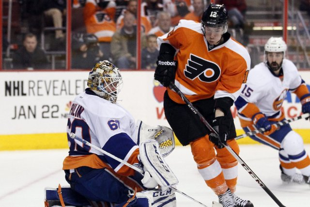 Michael Raffl tente de battre le gardien des... (Photo Tom Mihalek, AP)
