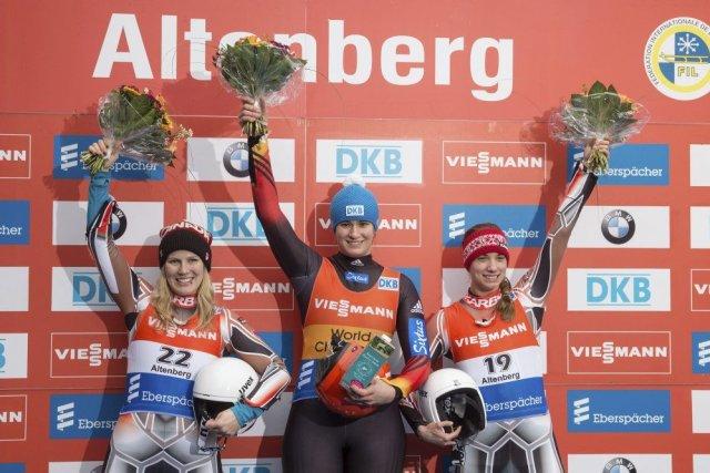 Natalie Geisenberger est entourée des CanadiennesAlex Gough(à gauche)... (PHOTO OLIVER KILLIG, AFP)