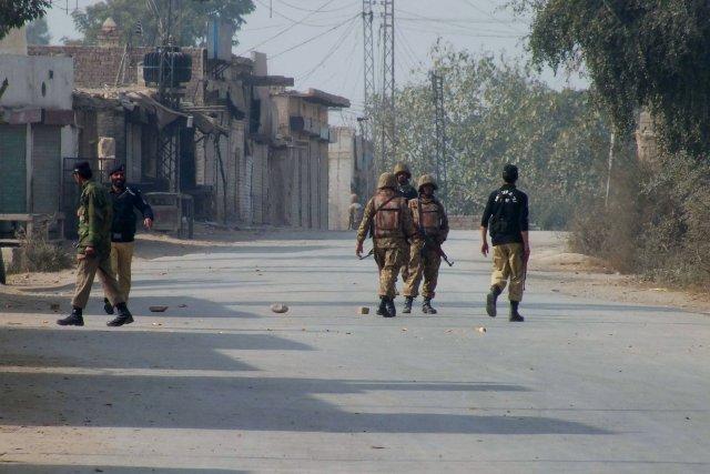 Des soldats pakistanais bloquaient l'accès au site où... (Photo Ijaz Muhammad, AP)
