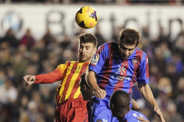 Gerard Pique (à gauche) reprend le ballon de... (PHOTO HEINO KALIS, REUTERS)