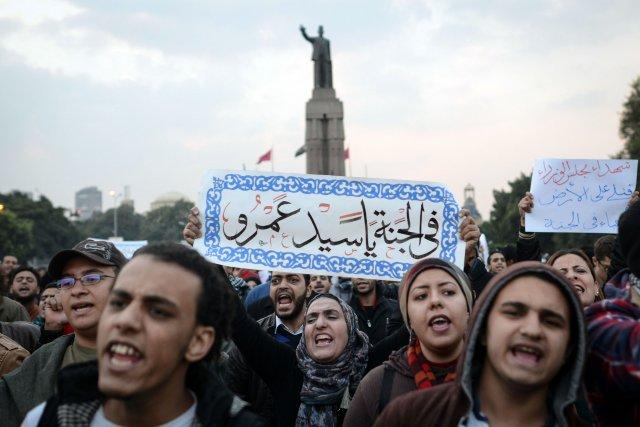 Des jeunes protestent dans la rue pour souligner... (PHOTO MOHAMED EL-SHAHED, ARCHIVES AFP)