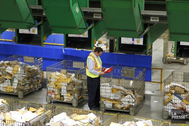 Pour survivre, Postes Canada doit-elle aller au-delà de... (PHOTO MARTIN CHAMBERLAND, ARCHIVES LA PRESSE)