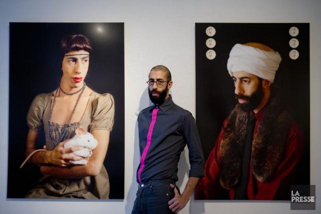 L'artiste 2Fik entre deux de ses étonnantes photographies,... (Photo: Marco Campanozzi, La Presse)