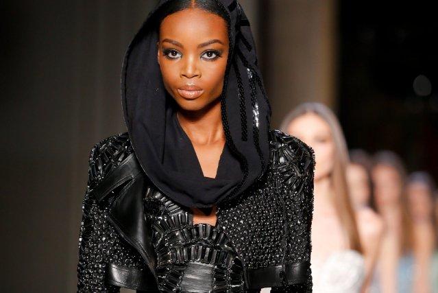 Versace a présenté, entre autres, des tailleurs avec... (Photo Jacques Brinon, AP)