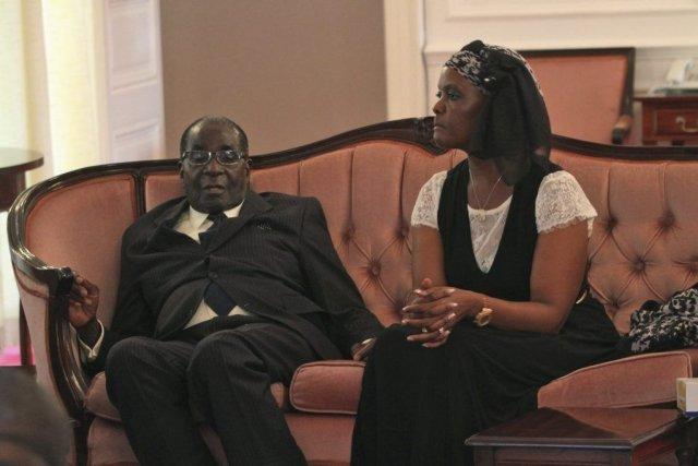 Le président du Zimbabwe Robert Mugabe en compagnie... (Photo Tsvangirayi Mukwazhi, AP)