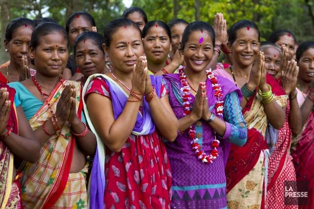 Des femmes souhaitent la bienvenue à leurs invités,... (Photo Sira Chayer, La Presse)