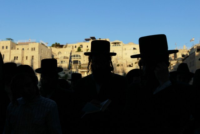 Des juifs ultra-orthodoxes prient à proximité du Mur... (PHOTO BAZ RATNER, ARCHIVES REUTERS)