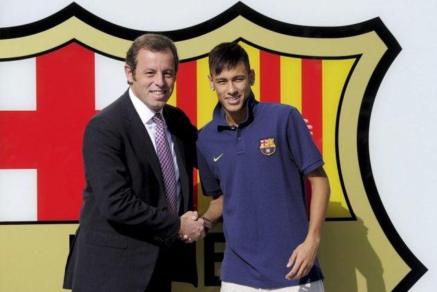 Sandro Rosell, le président duFC Barcelone en compagnie... (PHOTO JOSEP LAGO, AFP)