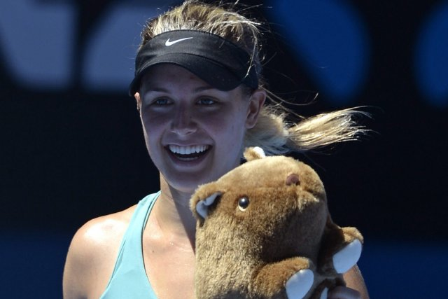 Eugenie Bouchard a reçu un animal en peluche... (Photo Andrew Brownbill, AP)