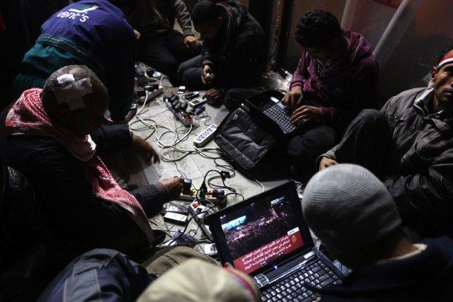 De nombreux militants arabes croient que les réseaux... (PHOTO PATRICK BAZ, AFP)