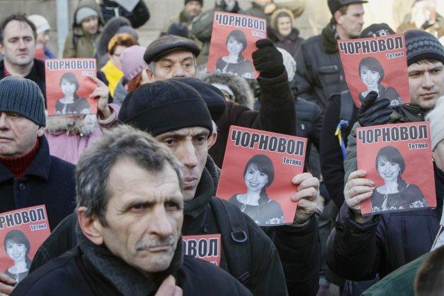 Des manifestants brandissent des photos de la journaliste... (PHOTO GLEB GARANICH, REUTERS)
